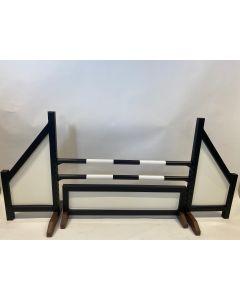Hindernis schwarz (geschlossen) komplett mit zwei Sprungstangen, 4 Aufhängungshalterungen und Hinderniszaun schwarz